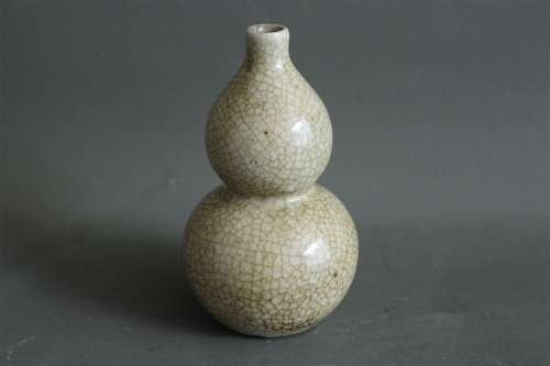 A Chinese Ge-Type Porcelain Double Gourd Vase