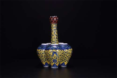A Chinese Blue and White Famille-Rose Porcelain Vase