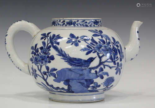 A Chinese blue and white porcelain punch pot, Kangxi period, the globular body painted with opposing