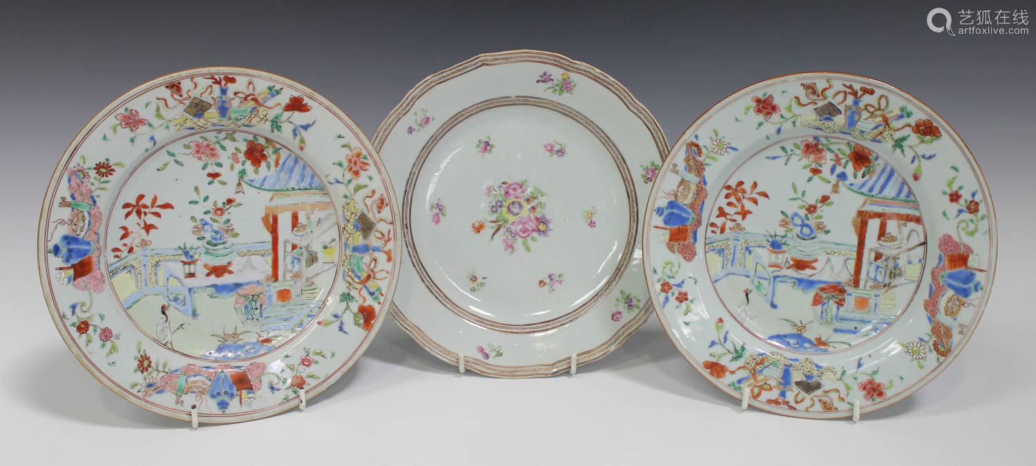 A pair of Chinese famille rose export porcelain plates, Yongzheng/Qianlong period, each centre