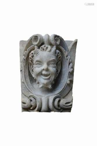 Mascaron en pierre représentant un satyre. La tête…
