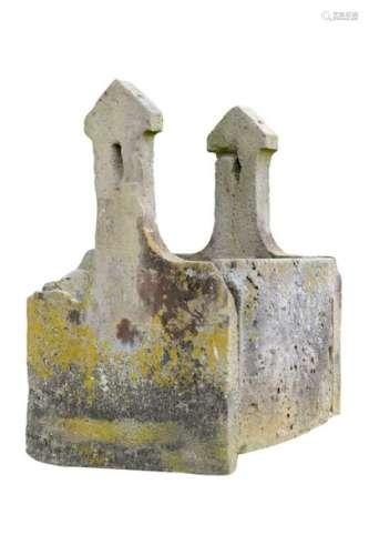 Margelle de puits carré en grès, dont les deux sup…