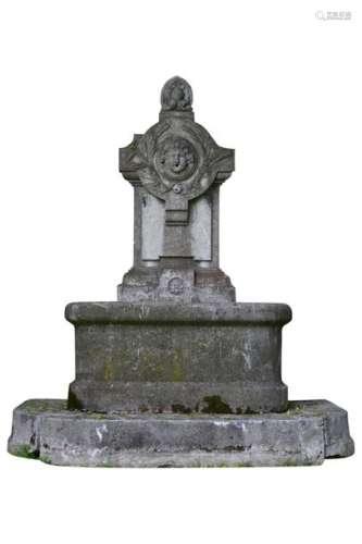 Fontaine murale en pierre, composée d'un fronton p…