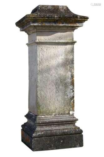 Socle en pierre , base et partie supérieure moulur…