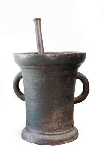 Mortier à anses et son pillon en fonte de fer. Ep.…