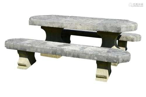 Salon de jardin en pierre composé d'une table à p…