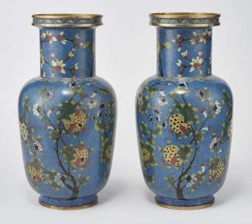 Paire de vases en cloisonné, Chine, XIXe s - Cuivre et émaux polychromes à décor [...]