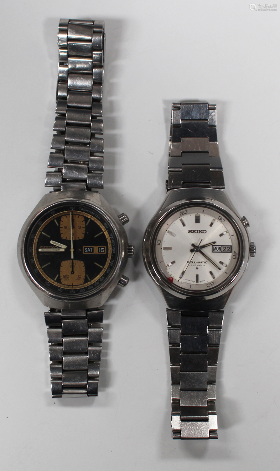A Seiko Chronograph Automatic steel gentleman's bracelet wristwatch, the signed black dial with