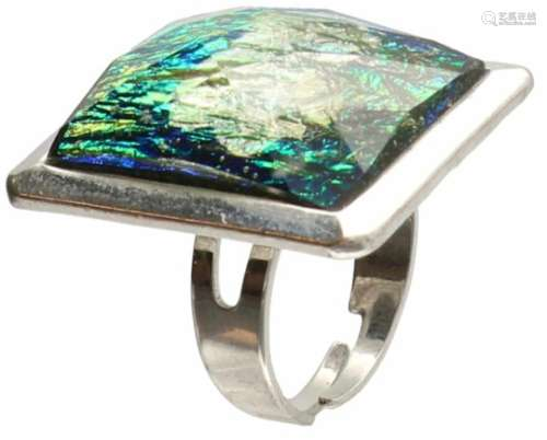 Design ring, fantasie steen. Ringmaat licht verstelbaar. D: 18,5 mm. Gewicht: 10,5 gram.Design ring,