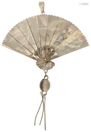 Vintage hanger. Uitvouwbaar tot waaier met Chinese draak en vogels. LxB: 7,5 x 4,8 cm. Gewicht: 4,