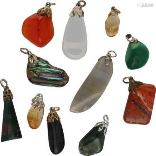 Lot hangers, diverse edelstenen. Diverse afmetingen. Gewicht: 44,8 gram.Lot of pendants, various