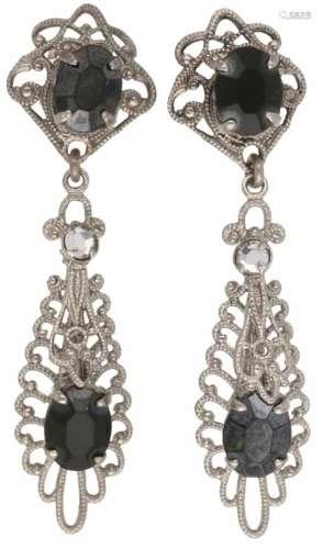 Vintage oorbellen, zirkonia. LxB: 4,8 x 1,4 cm. Gewicht: 5,2 gram.Vintage earrings, zirconia.LxW:
