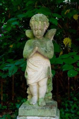 Ange à la prière. Statuette en pierre sur socle. V…