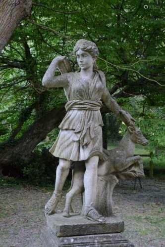 Diane Chasseresse et son cerf. Statue en pierre su…