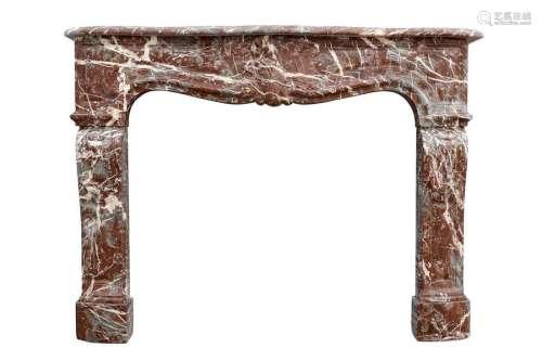 Cheminée en marbre rouge de Rance. Le linteau légè…