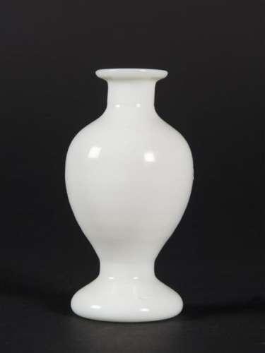 CHINE, Pekin, Petit vase en verre de couleur blanc…