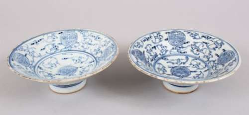 A PAIR OF CHINESE REPUBLIC STYLE BLUE & WHITE PORCELAIN BOWLS, decorated with scenes of bats and