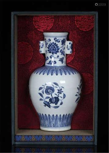 CHINESE PORCELAIN BLUE AND WHITE FLOWER VASE