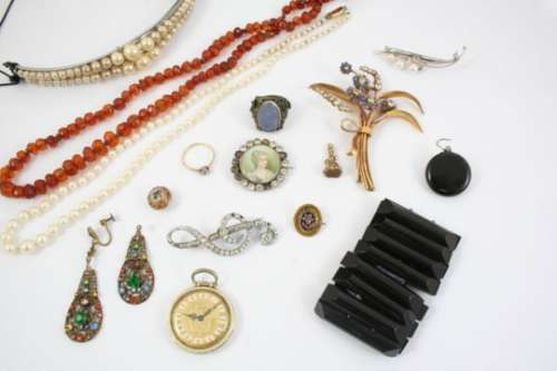 A JEWELLERY BOX CONTAINING VARIOUS ITEMS OF JEWELLERY