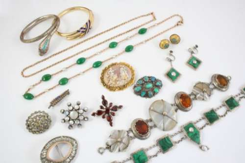 A QUANTITY OF JEWELLERY IN RED LEATHER JEWELLERY CASE including a Georgian garnet and gold brooch, a