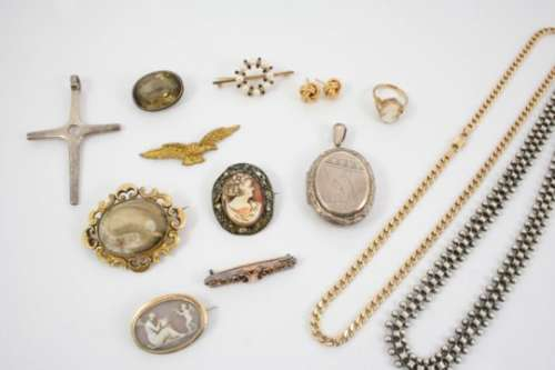 A QUANTITY OF JEWELLERY including various items of jewellery and costume jewellery