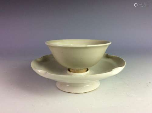 Set of Chinese porcelain bowl and saucer.