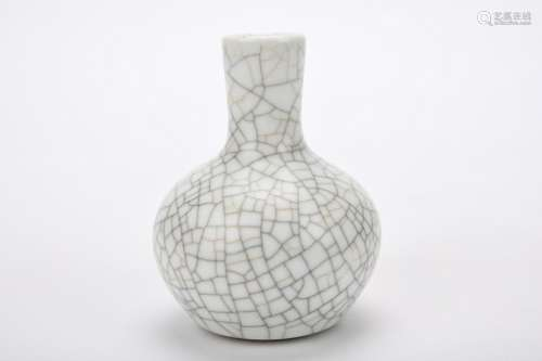 Chinese Qing Dynasty Ge Glaze Porcelain Bottle