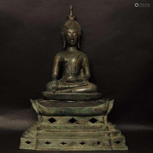 Bouddha assis sur son trône, en prise de terre à t…