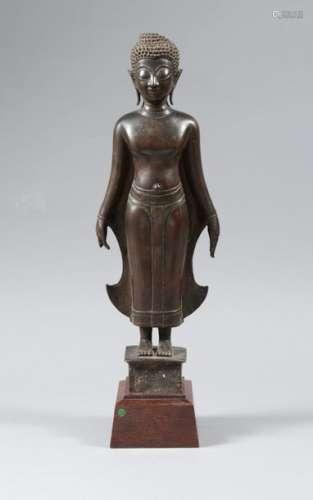 Bouddha debout, les mains le long du corps en posi…