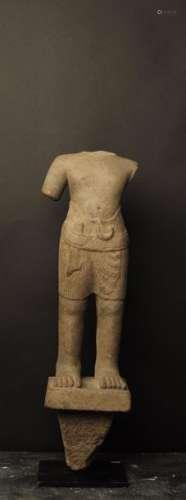 Torse Khmer \nDéité masculine au sampot d'une extre…