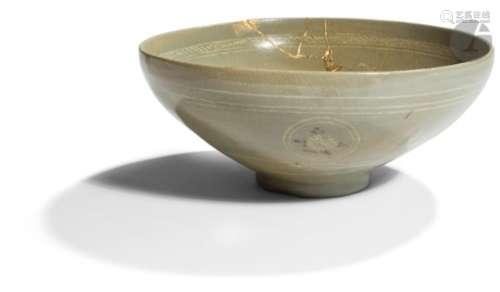 CORÉE - Période GORYEO (XIIe / XIIIe siècles) Deux bols en grès émaillé céladon à décor en