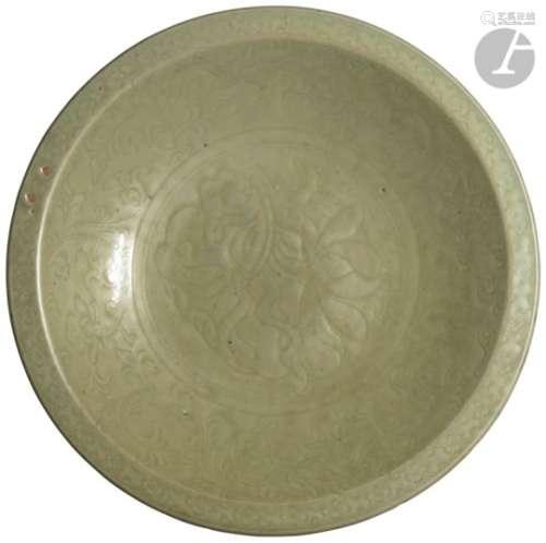 CHINE - Époque MING (1368 - 1644) Plat rond en grès émaillé vert céladon à décor incisé sous la
