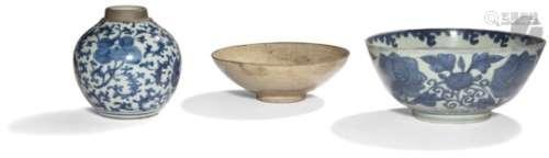 CHINE - Fin Époque MING (1368 - 1644) Ensemble en porcelaine bleu blanc comprenant un bol, une