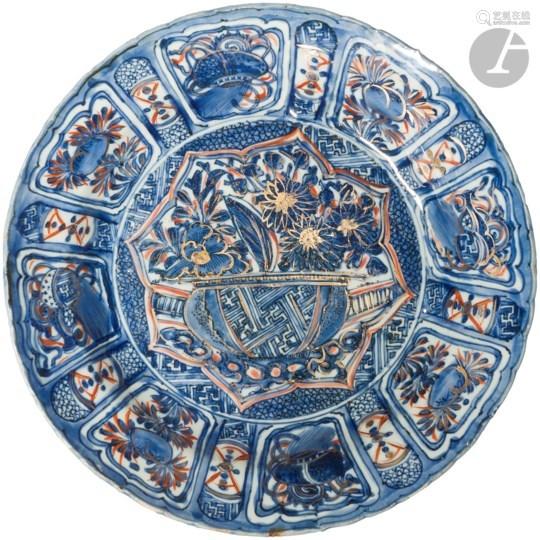 CHINE - XVIIe siècle Assiette Kraak en porcelaine émaillée en bleu sous couverte et rehaut d'or et