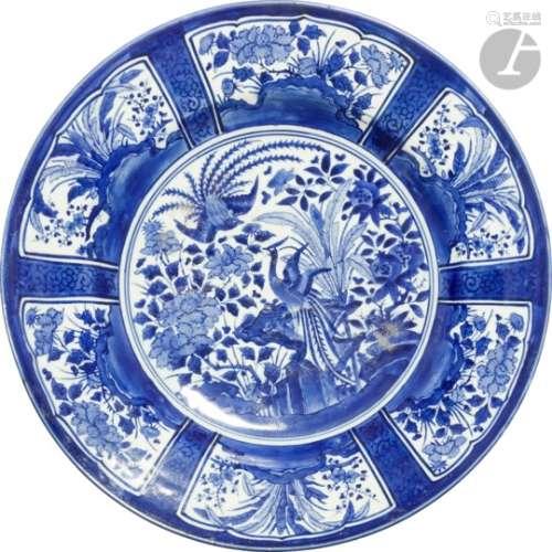 JAPON, Fours d'Arita - Fin XVIIe siècle Important plat dit Kraak en porcelaine décorée en bleu