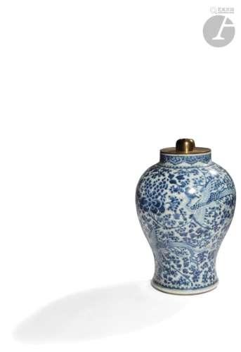 CHINE - XVIIe siècle Potiche balustre en porcelaine blanche émaillée en bleu sous couverte de phénix