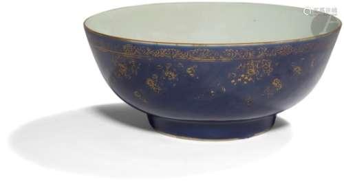 CHINE - XVIIIe siècle Bol à punch en porcelaine émaillée bleue poudrée ornée de frise de fleurs