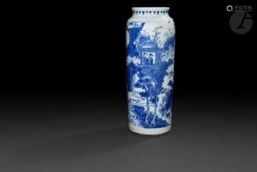 CHINE - XVIIe siècle - TRANSITION Vase rouleau en porcelaine blanche émaillée en bleu sous