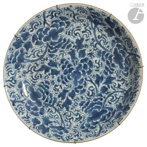 CHINE - Époque KANGXI (1662 - 1722) Grande coupe en porcelaine blanche émaillée en bleu sous
