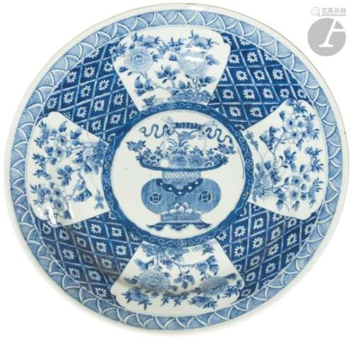 CHINE - Époque KANGXI (1662 - 1722) Paire de plats ronds en porcelaine blanche émaillée en bleu sous