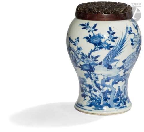 CHINE - Époque KANGXI (1662 - 1722) Bas de vase cornet coupé en porcelaine blanche décorée en bleu