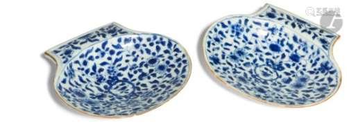 CHINE - Époque KANGXI (1662 - 1722) Deux coupelles en forme de coquille Saint-Jacques en