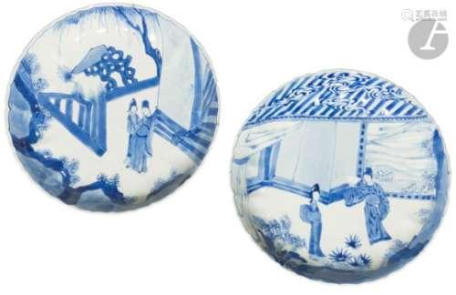 CHINE - Époque KANGXI (1662 - 1722) Deux assiettes polylobées en porcelaine blanche émaillée en bleu