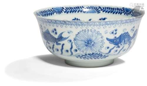 CHINE - Époque KANGXI (1662 - 1722) Bol à bordure chantournée en porcelaine blanche émaillée en bleu