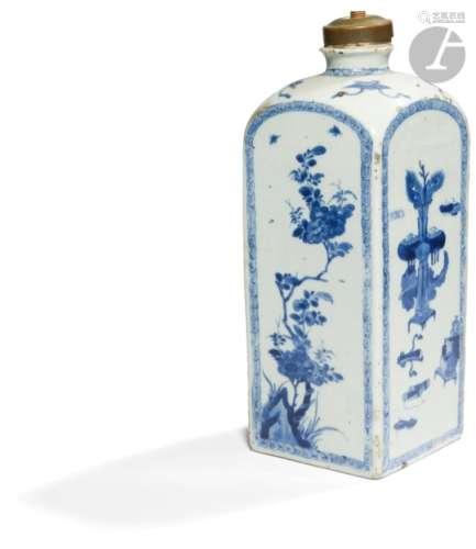 CHINE - Époque QIANLONG (1736 - 1795) Bouteille à quatre faces en porcelaine blanche émaillée en