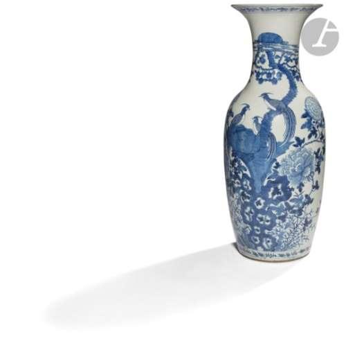 CHINE - XIXe siècle Vase balustre à col ouvert en porcelaine blanche émaillée en bleu sous