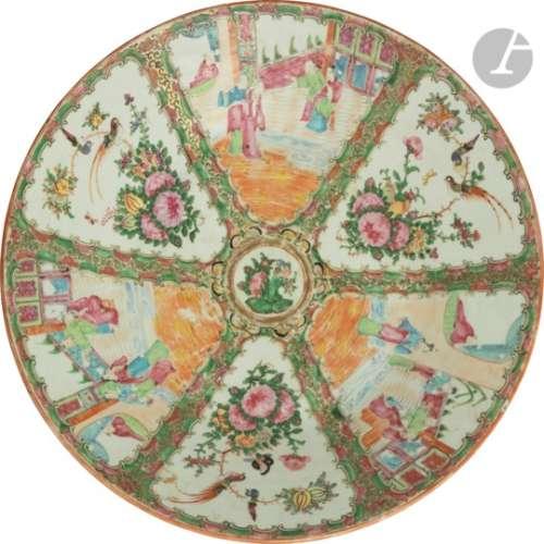 CHINE, Canton - XIXe siècle Plat rond en porcelaine blanche émaillée polychrome et or à décor de