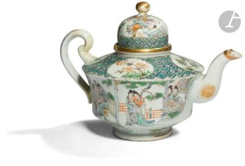 CHINE, Canton - XIXe siècle Théière en porcelaine émaillée polychrome et or à décor de femmes et