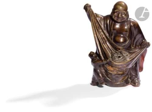 CHINE - XIXe siècle Statuette en bronze à patine brune d'Hotei souriant debout tirant sur son sac