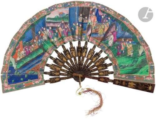 CHINE, Canton - XIXe siècle Éventail télescopique en papier à décor à la gouache de mandarins dans